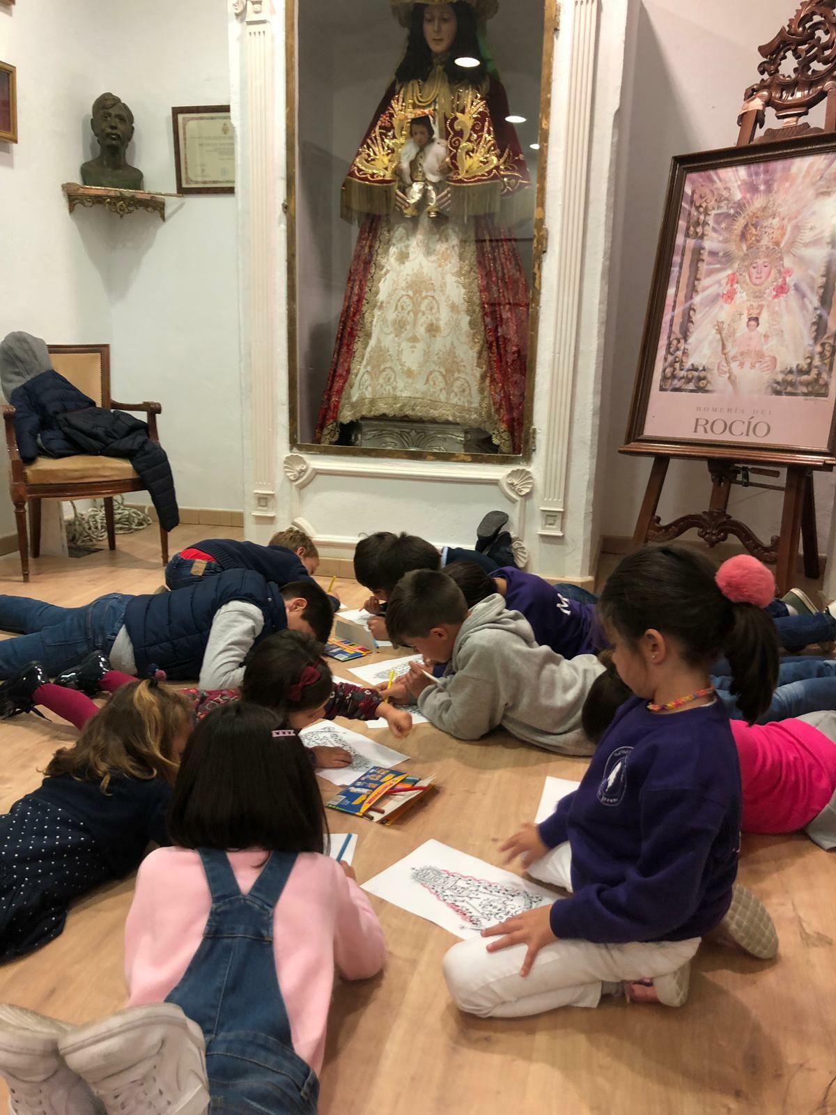 Grupo Infantil dibujando de la Real Hermandad de nuestra Señora del Rocío de Málaga